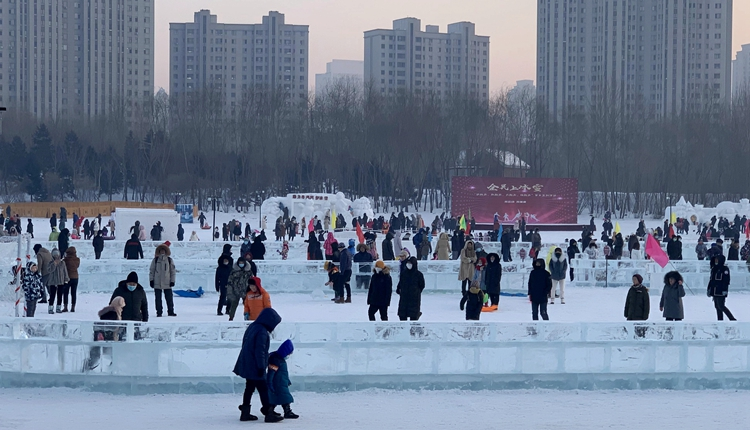 哈尔滨市最大的公益冰场吸引众多游客