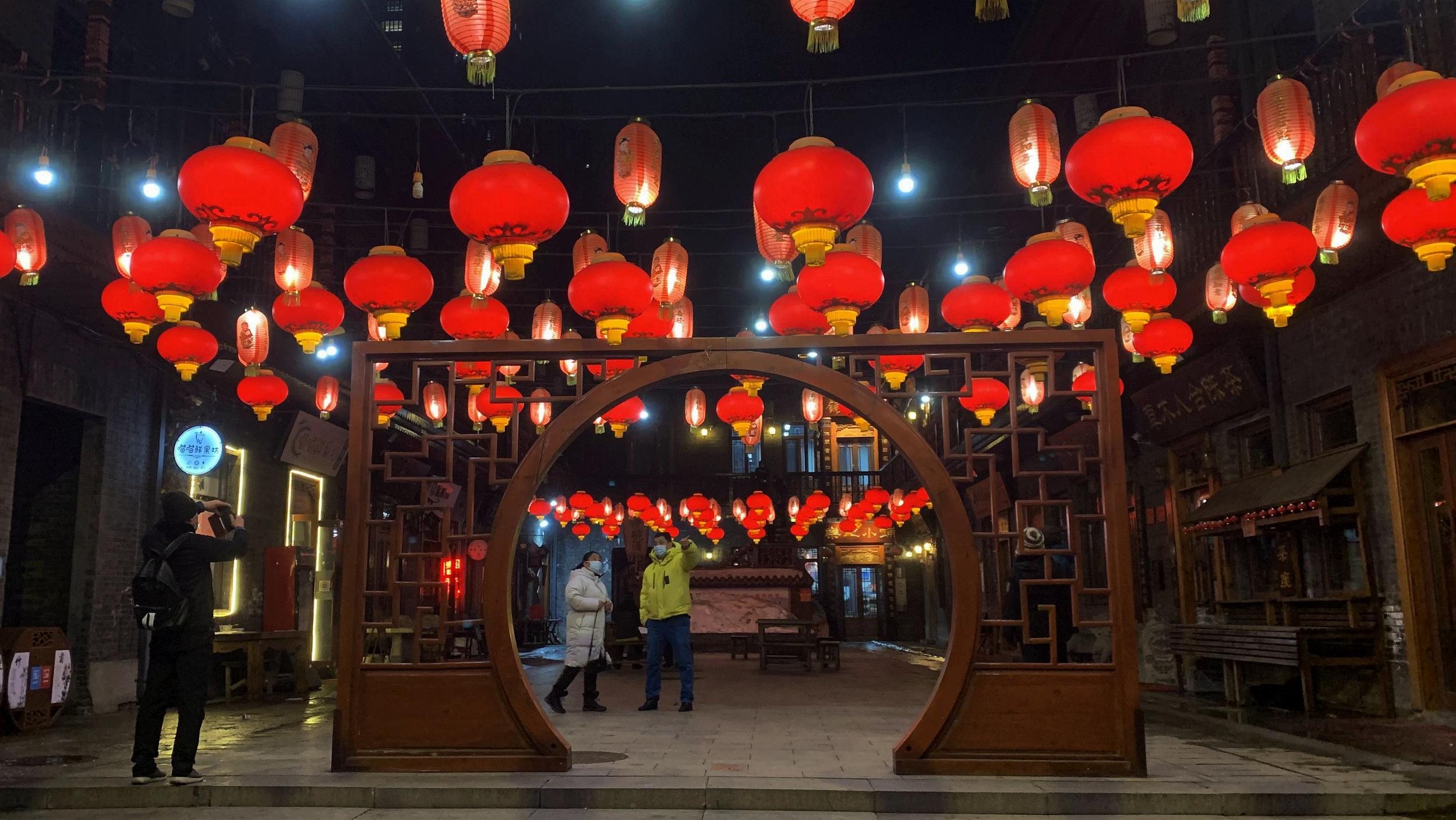 百年老街悬彩灯
